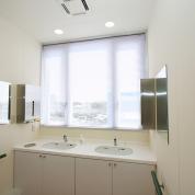 明るく清潔な洗面所